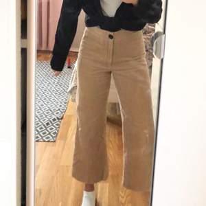 Manchesterbyxor från Zara i en superfin beige färg (nypris 400kr). Sparsamt använda. Byxorna är i croppad modell med vida ben och går ca 10cm över anklarna på mig som är 170 cm. Frakt 79kr 🤍