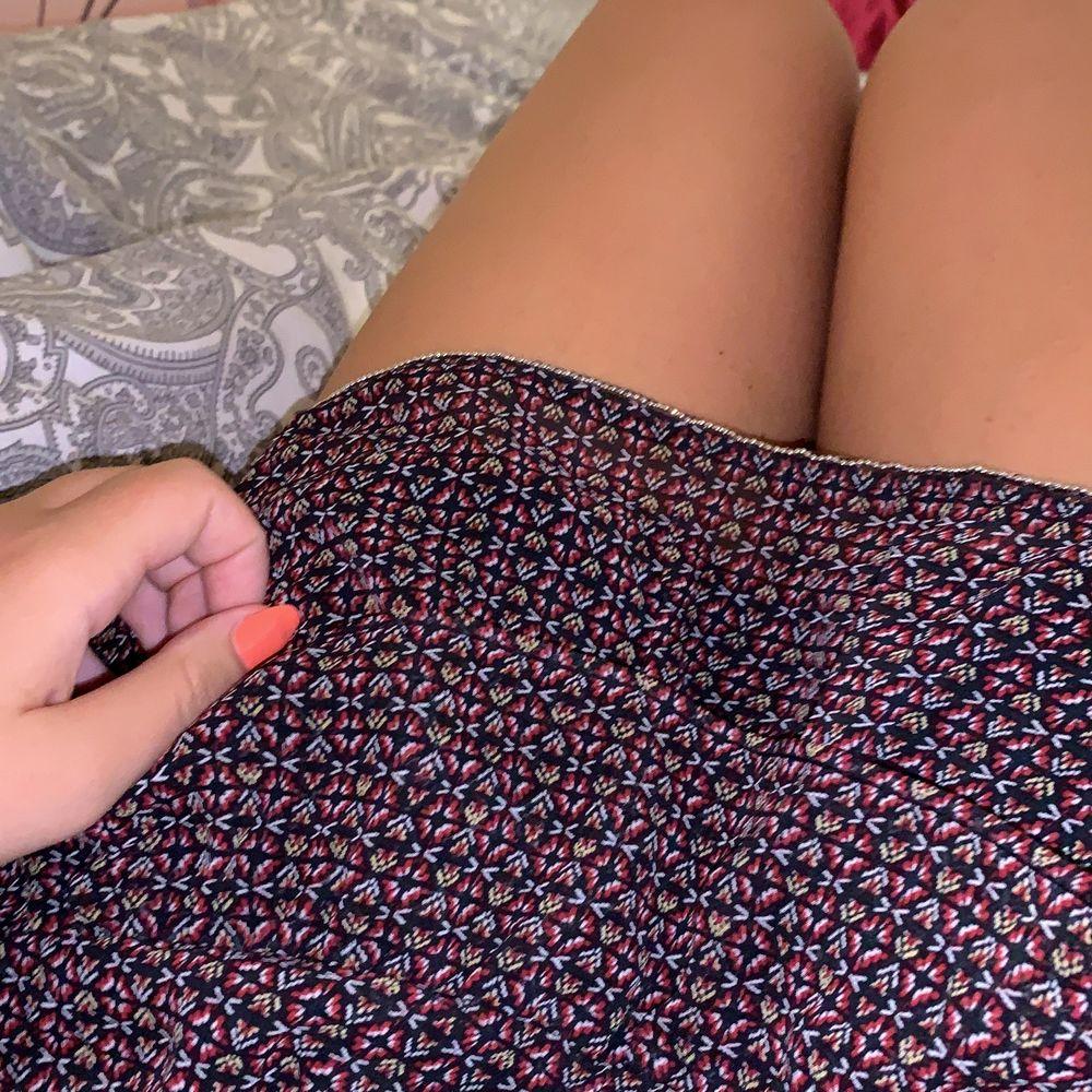 Säljer denna söta volang kjol för att den inte kommer till användning, använt den 1 gång (som ny). Den är väldigt skön och är väldigt stretchig i midjan så skulle säga att den skulle passa vem som helst som har Xs/S/M i storlek. Kan gå ner i pris.. Kjolar.