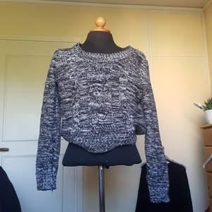 Säljer denna mysiga stickade tröja med flätade detaljer fram från HM då den inte längre används. Superskön och varm en kylig höstdag! Lite urringning också som inte går hela vägen upp till halsen. Passar S och M.