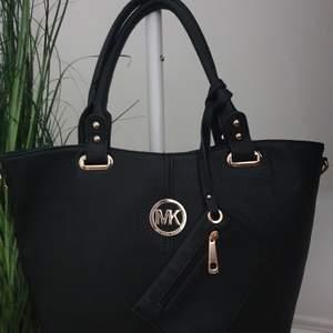 Säljer min svarta Michael Kors väska (fake). Det är en stor och rymlig handväska med fina gulddetaljer, har inte använt den så den är i nyskick! 120kr, frakt ingår🖤