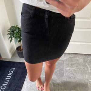 Svart glittrig kjol från Mango. Storlek 36, stretchigt material.