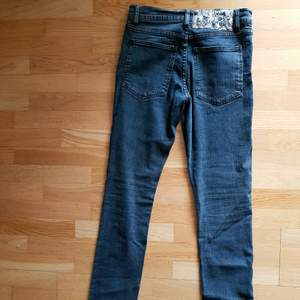 Style: Tight Used Black. Jeans som legat i garderoben i en evighet men som aldrig använts.