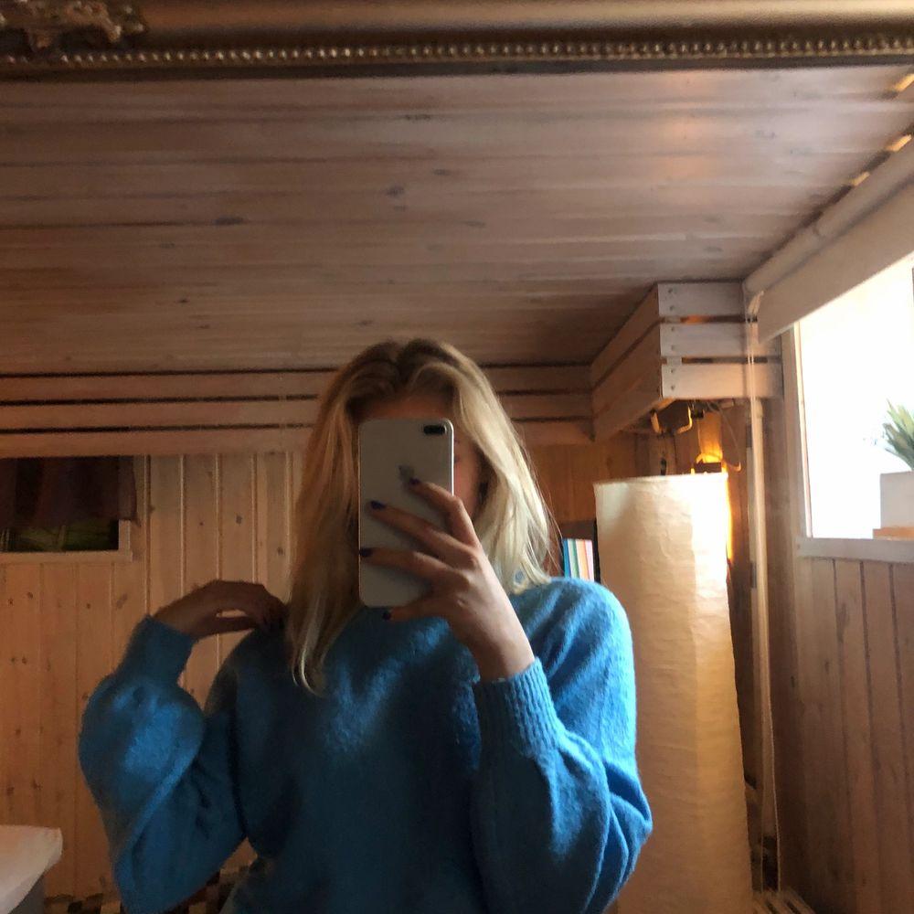 En blå stickad tröja från vero Moda i storlek xs💕 säljer då den inte kommit till användning, säljer för 150kr + frakt💕 pris kan diskuteras🥰. Stickat.