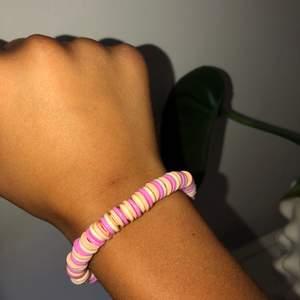 Jätte fint armband i rosa, gult och orange🧡 Armbandet är gjort på elastiskt tråd så det passar alla🧡 39kr + 11kr frakt