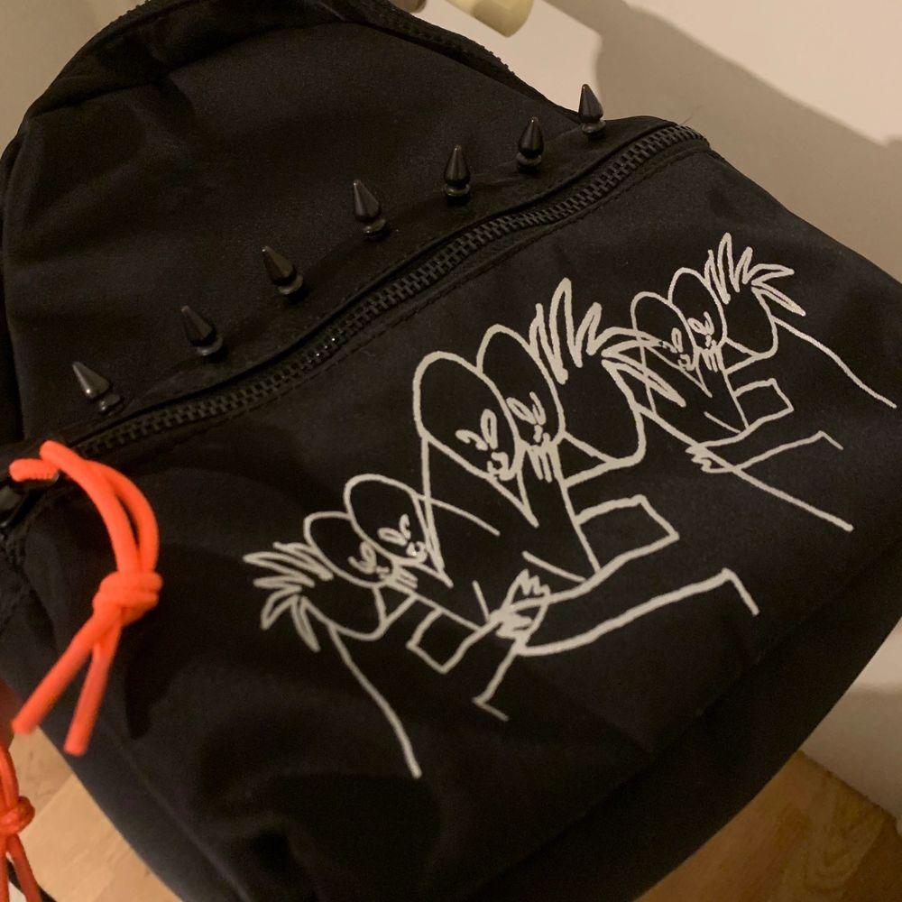 Converse x Yung Lean Sad Boys One wish mini ryggsäck grafik: Bladee, deadstock, köpt för 777kr på hemsidan, använd 2 ggr som helt ny. . Accessoarer.