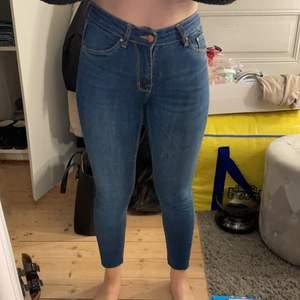 Ett par jättefina och jättesköna jeans! Dom är i storlek XS men passar mig som är S eftersom dom är så pass stretchiga! Väldigt fint skick!🤍