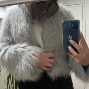 En supermysig och snygg jacka från Zara. Går att använda vid vardagliga och festliga sammanhang👍🏽 storlek S. Säljer för 129kr exklusive frakt. Köparen står för frakten 💞💞