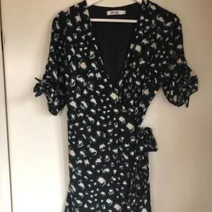 Knälång klänning från Dry Lake i storlek M. Nyskick