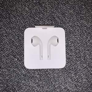 Oanvända earpods från Apple!! passar iPod, iPhone, iPad med iOS 10 eller senare version😍 nypris 250kr