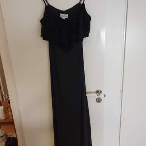 Fin svart klänning i silkigt material. Aldrig använd.