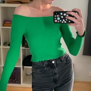 Off shoulder tröja/topp från Gina tricot med söta detaljer. Använd en gång. Grön.