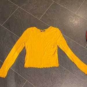 jättefin gul tröja från bikbok, använd ett fåtal gånger och är i mycket bra skick! Tröjan är i strl L men är jätteliten i storleken, så den passar utmärkt på mig som bär strl S i vanliga fall! Skriv för intresse, frakt ingår ej i priset💞