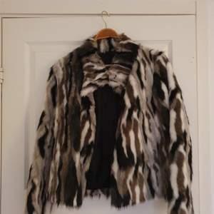 En jättefin pälsjacka från RockandBlue inköpspris 1 700kr, säljer den för 800kr ! Sparsamt använd❤️ Passar XS/S