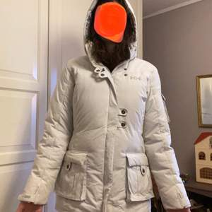 Säljer en Helly Hansen-dunjacka i en fin vit färg, bra skick! Storlek medium, passar mig bra som är en normal storlek 38, men passar säkert en 36-40. Riktigt varm, en perfekt vinterjacka!