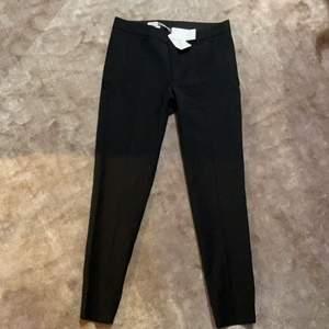 Svarta Kostymbyxor från Filippa K som är helt oanvända med prislapp kvar. Pris + frakt ❤️ BUDA I KOMMENTARERNA