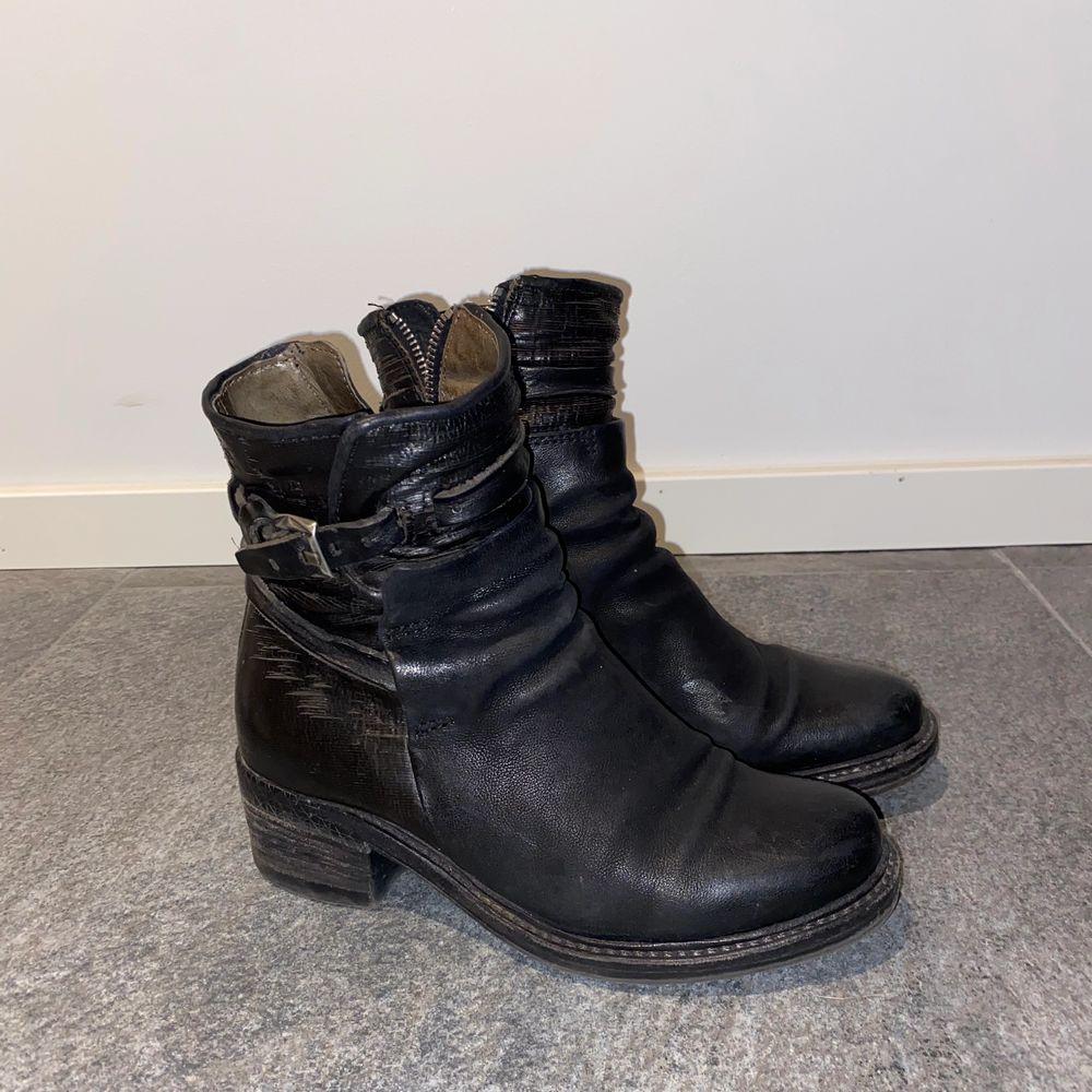 Boots i äkta skinna från A.S.98. Ett par sköna boots med lite klack och coola dekorationsspännen på sidan, stängs med dragkedja på insidan av foten. Köparen betalar frakt!. Skor.