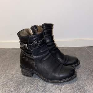 Boots i äkta skinna från A.S.98. Ett par sköna boots med lite klack och coola dekorationsspännen på sidan, stängs med dragkedja på insidan av foten. Köparen betalar frakt!