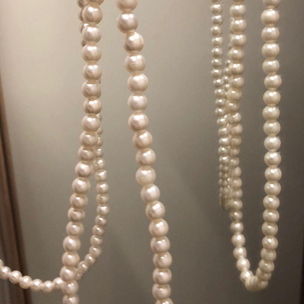 Handgjorda pärlhalsband/armband. Stora pärlor, små pärlor och lila stora pärlor, bra kvalite och noggrant gjorda. 💗  Julklappstips ✌🏻❄️⛄️ 99kr och frakt ingår i de priset 😘 Jag skriver när pärlorna är slut, sålänge jag inte skrivet de finns de kvar. 💗 ( på halsbandet ja har på bilden är väl användt och ett nytt halsband ser inte ut sådär ) . Accessoarer.