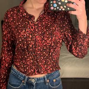 Aldrig använd något croppad blus i rött leopardmönster från Zara.