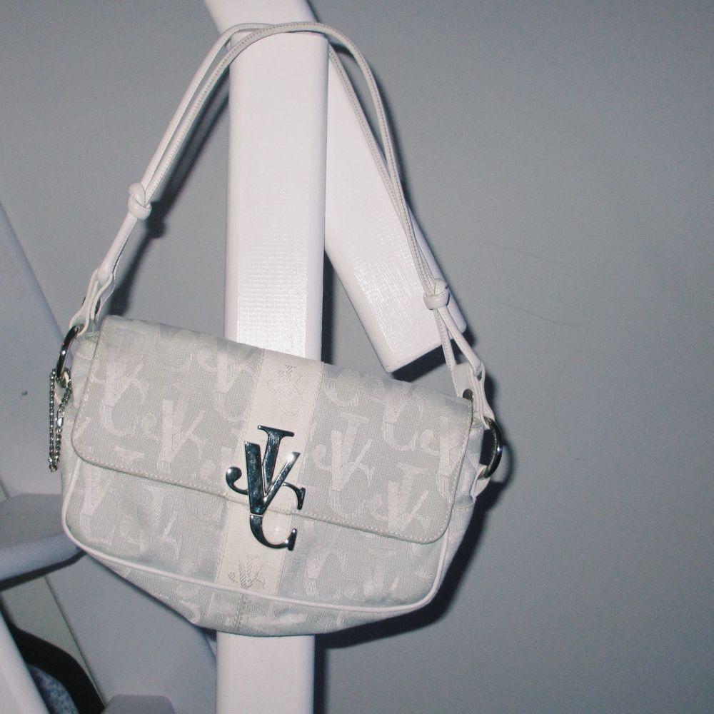 Äkta vintage versace jeans couture väska, bra skick! 🦋  Budas i kommentarerna! . Väskor.