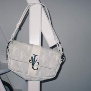 Äkta vintage versace jeans couture väska, bra skick! 🦋  Budas i kommentarerna!