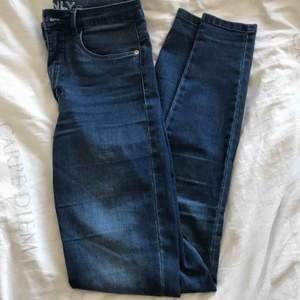 Säljer ett par basic blå jeans som funkar till allt! Frakt tillkommer🐬🦋