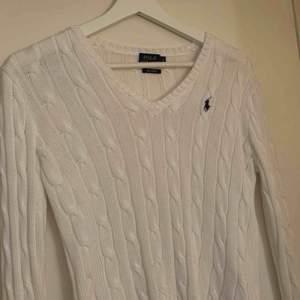 Vit kabelstickad tröja från ralph lauren🤍 aldrig använd, frakt ingår inte i priset