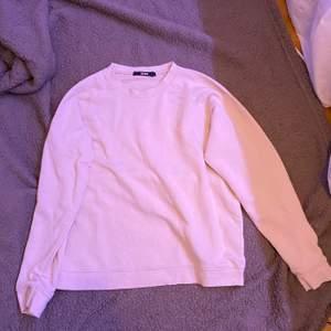 Beige sweatshirt. Knappt använd. Från bik bok. L men liten i storleken. Fraktar eller möts upp i Sthlm. VILL BLI AV MED ALLT