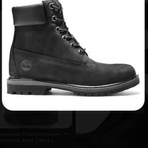 Ett par timberland skor köpta i år. Ser lite smutsiga ut pågrund av regn men är i bra skick. Använda ungefär 6 gånger då dem är lite för tajta och passar ej min storlek. Pris går att diskutera. Köpt för 1400kr