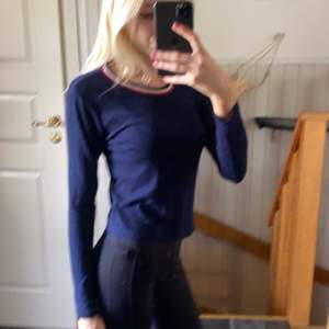 En tröja i mörkblå från H&M. Storlek S