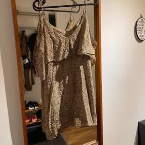 I gott skick. Själva underklänningen sitter åt tajtare än tyget över. Underklänningen dras upp med dragkedja.