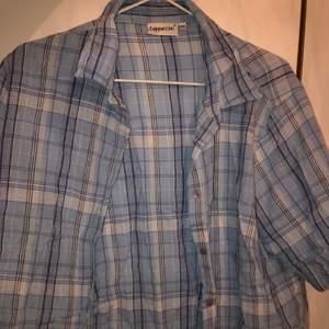 somrig kortärmad skjorta i olika blå nyanser! väldigt söt med lite färg till. rätt stor men tycker den är snygg oversized om man är lite mindre! (väldigt skrynklig på bilden ursäkta😖)