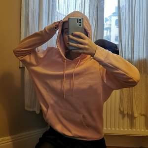 Jättemjuk hoodie i färgen peach. Använd en gång.