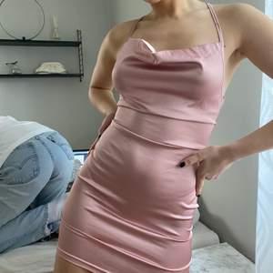 Helt oanvänd söt silkesklänning. Köparen står för frakten!!🦋💕