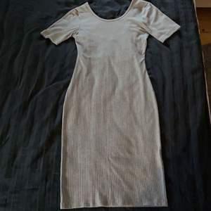 Snygg ribbad klänning från gina tricot. Går till mitten på låren. Köper du denna och minst tre andra saker från min profil står jag för frakten 🤩