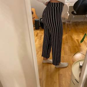 """""""Fladdriga"""" svart/vit randiga byxor ifrån Gina Tricot. Något använda byxor men fortfarande i ett väldigt bra skick. Storlek S. Säljs för 70kr + frakt💜"""