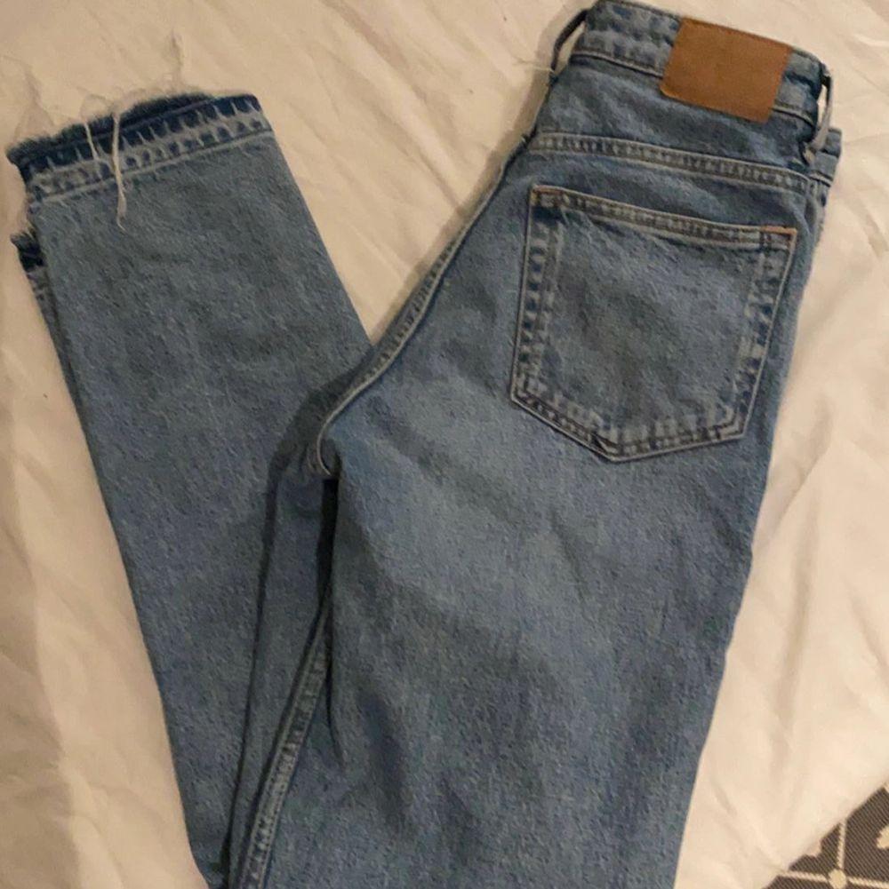 Fina jeans från weekday som säljs pga att de inte kommer till användning! Använda ett fåtal gånger så i mycket fint skick!💞 storlek W24 och längd 28, men jag har sprättat upp dem nertill, dels för en cool detalj men även för att de skulle bli längre. Så skulle säga att längden är 30 istället!. Jeans & Byxor.