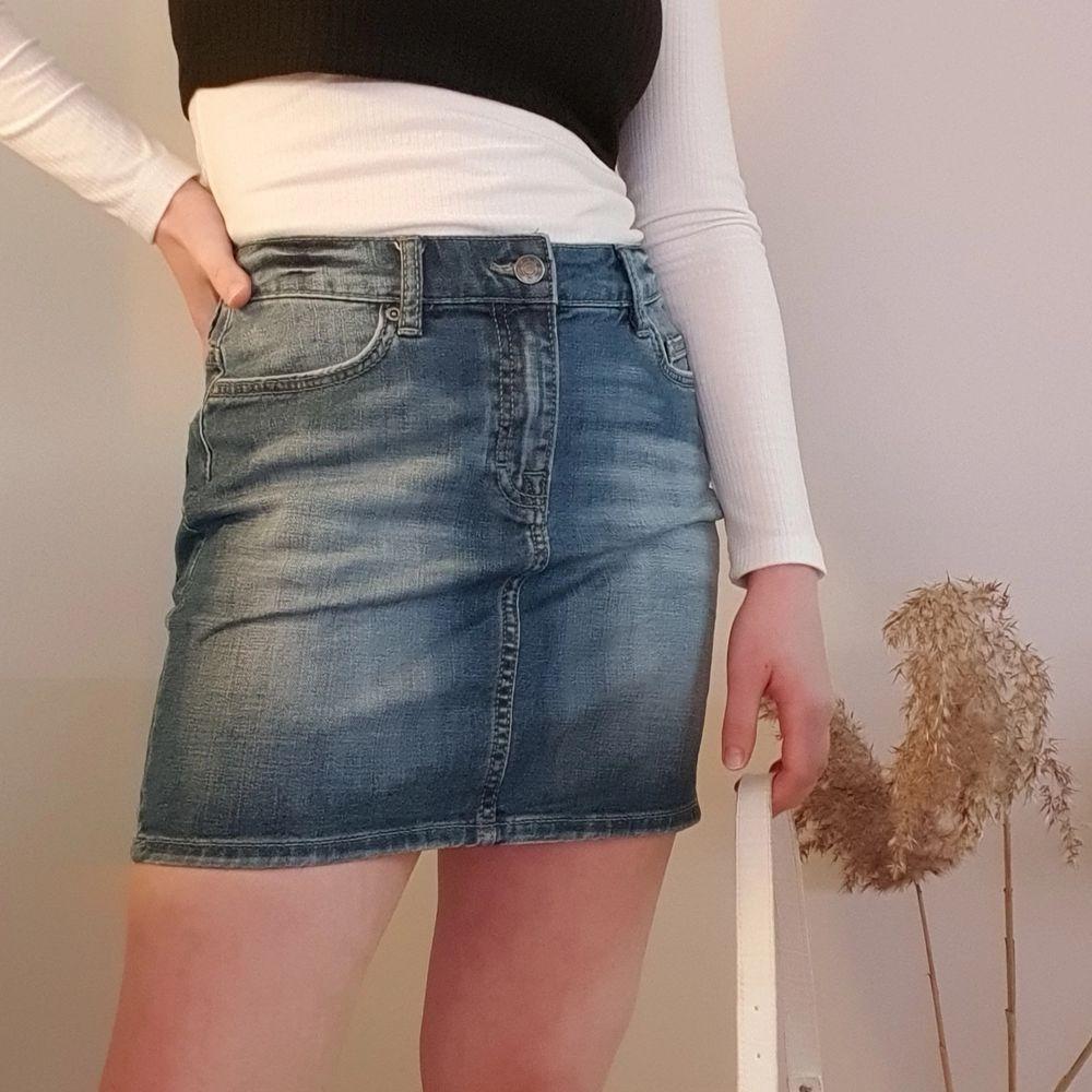Säljer denna jeanskjol i storlek 36. Har bara använt den någon enstaka gång så den ser som ny ut! Fraktkostanden står köparen för.. Kjolar.