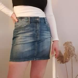 Säljer denna jeanskjol i storlek 36. Har bara använt den någon enstaka gång så den ser som ny ut! Fraktkostanden står köparen för.