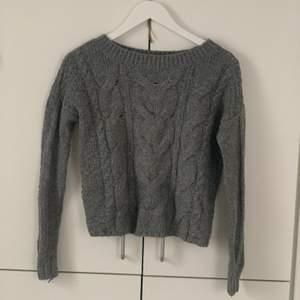 Stickad tröja från hollister! Jätteskön, sticks inte alls wohooo!!!! användes mkt för 2 år sedan, så lite nopprig, men inget märkbart enligt mig🥰🥰 60kr exklusive frakt!