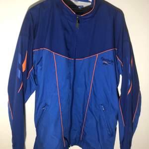 En Vintage Reebok Track Jacket i storlek L✨🏃 Mått: Längd: 73cm Bredd: 53cm🙌