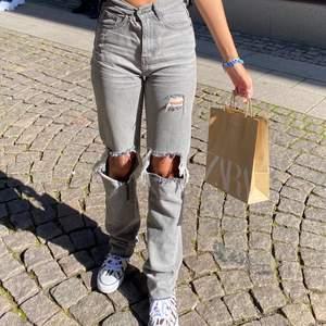Säljer mina älskade gråa jeans ifrån plt, jag är 170 cm och jeansen är i strl xs men passar även s, det är mina bilder 😁😁 köparen står för frakt 💕