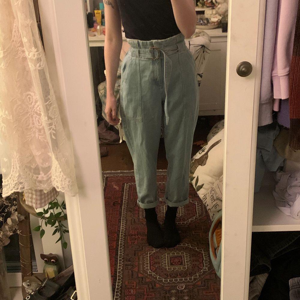 Använda ett fåtal gånger, super söta jeans med dragkedja samt bälte som går att knyta på olika sätt! Passar XS-S🕊. Jeans & Byxor.