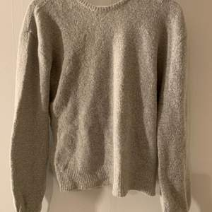 Stickad tröja från NA-KD med öppen rygg i storlek S men passar även XS 🤍 aldrig använd med prislapp kvar! nypris 300kr, frakt tillkommer