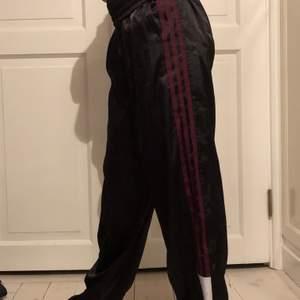 Ass coola adidas trackpants i silke, som tyvär är för korta för mig. Vinröda ränder och svarta byxor med knappar