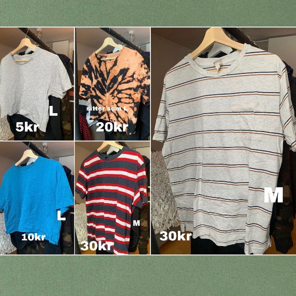 HALVA PRISET❗️ Säljer billiga tröjor, hela första sidan och den grårandiga och röd/blå/vit randiga är från killavdelningar, just to keep in mind storlekar och passform❤️. T-shirts.