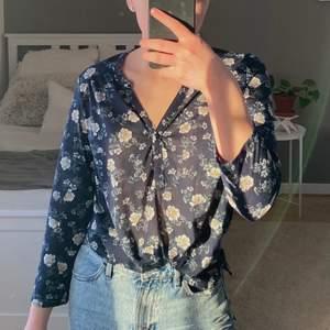 Marinblå och blommig blus med lite kortare ärmar 💓💓 jättefin att knyta eller att stoppa in