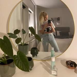 Säljer dessa jeansen älskar dom massor men aldrig använts för jag tycker dom är lite för korta! Dom är tighta i midjan och runt låren men lite större längre ner på benen!! Jag är 172 så om man är lite kortare passar dom nog perfekt!! Dom är i storlek 34!! Ljust fin blå färg har dom! Buda💘