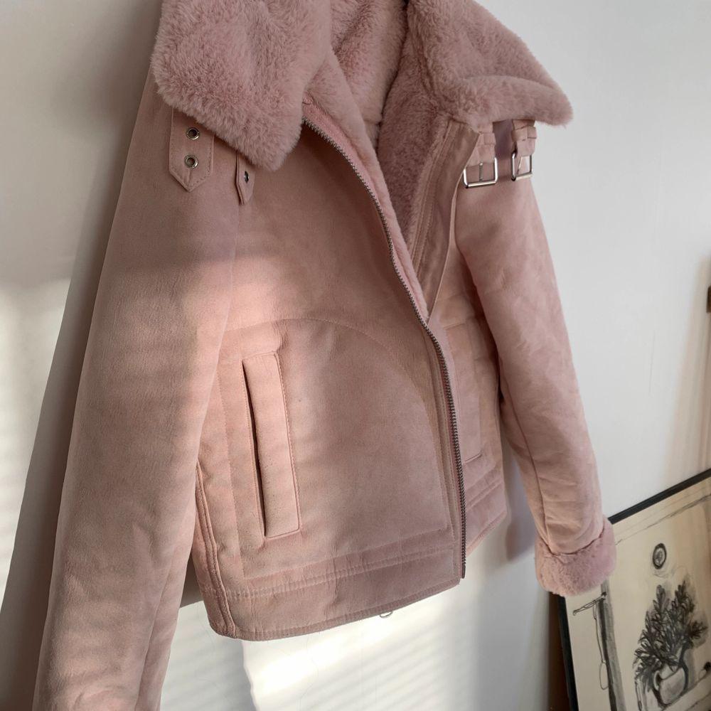 Supersöt rosa jacka i storlek 36 från HM. Väldigt sparsamt använd då den är lite liten. Skulle säga att den passar 32-36 beroende på hur man vill att den ska sitta! Kan fraktas men då tillkommer en fraktkostnad på 99kr💞. Jackor.