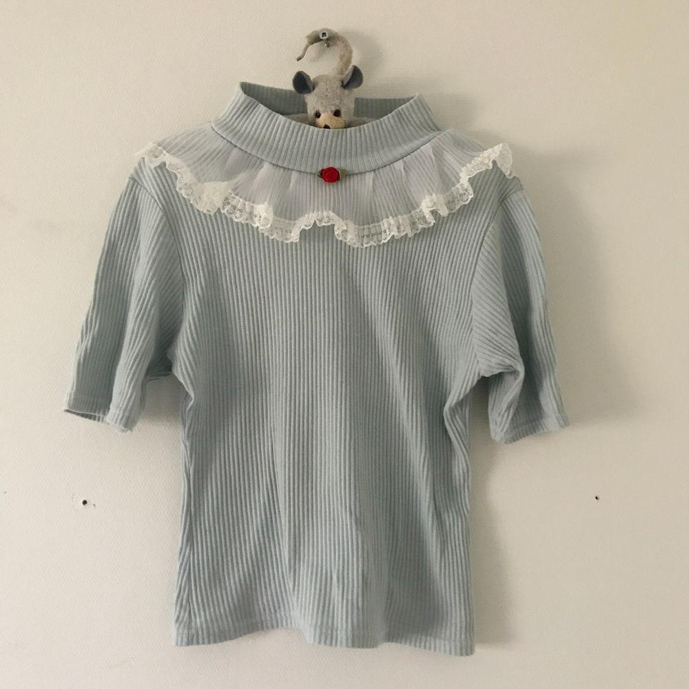 Välrdebs sötaste tröja från Honey Cinnamon 🍯 💕 Köpt i stort sett ny (importerad från Japan) och har endast haft den en gång, men insåg att jag inte passade i blått. 🥺 Passar en XS. . Toppar.